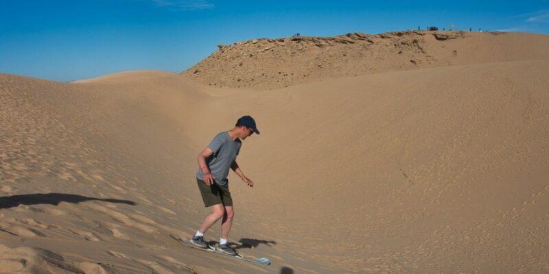 Patrick beim Sandboarding in Marokko