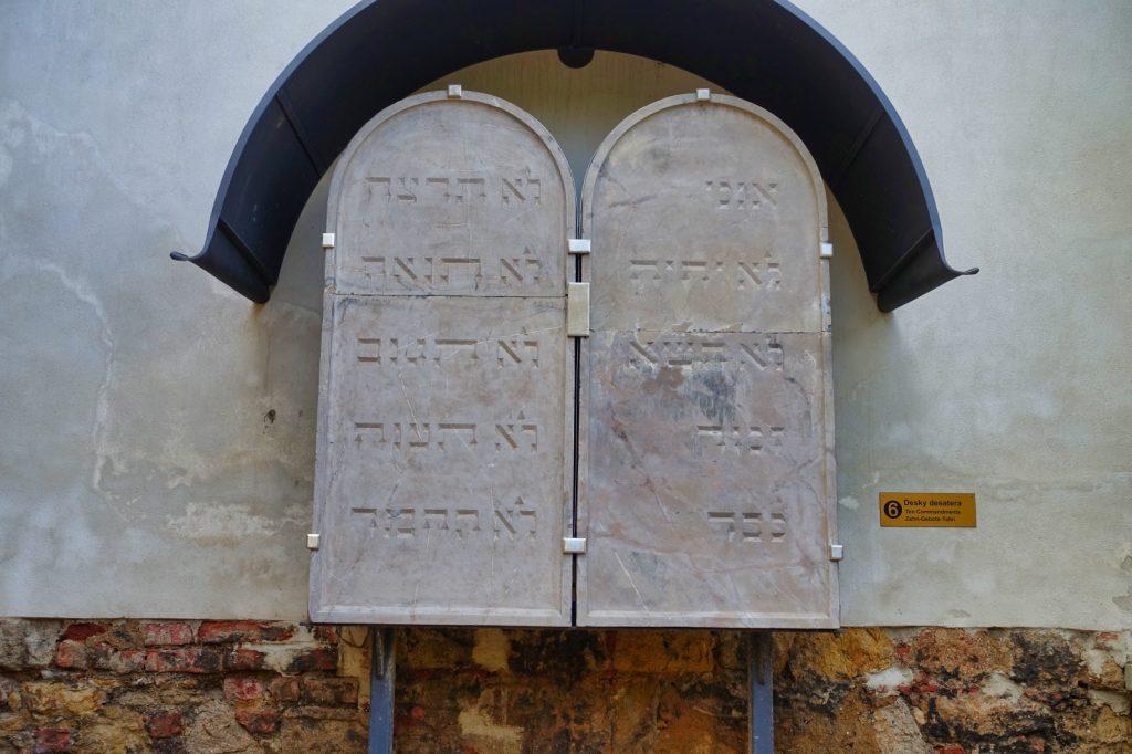 Tafel mit 10 Geboten in der Alten Synagoge Pilsen