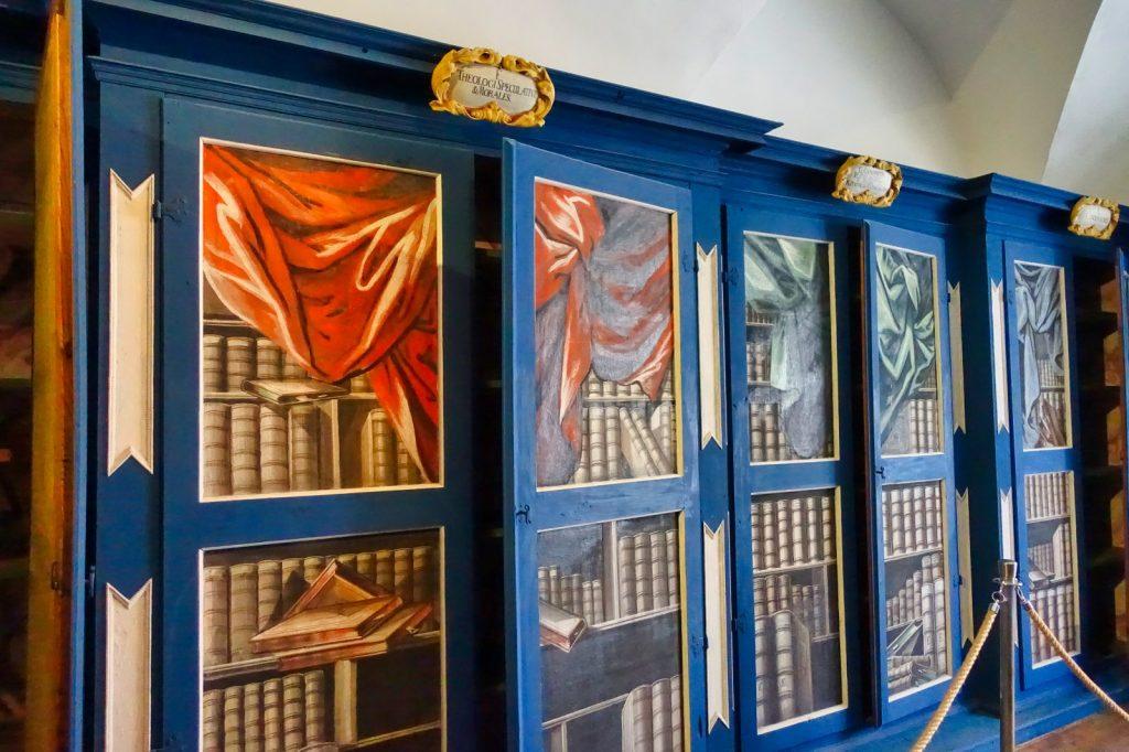 Bücherregale im Museum