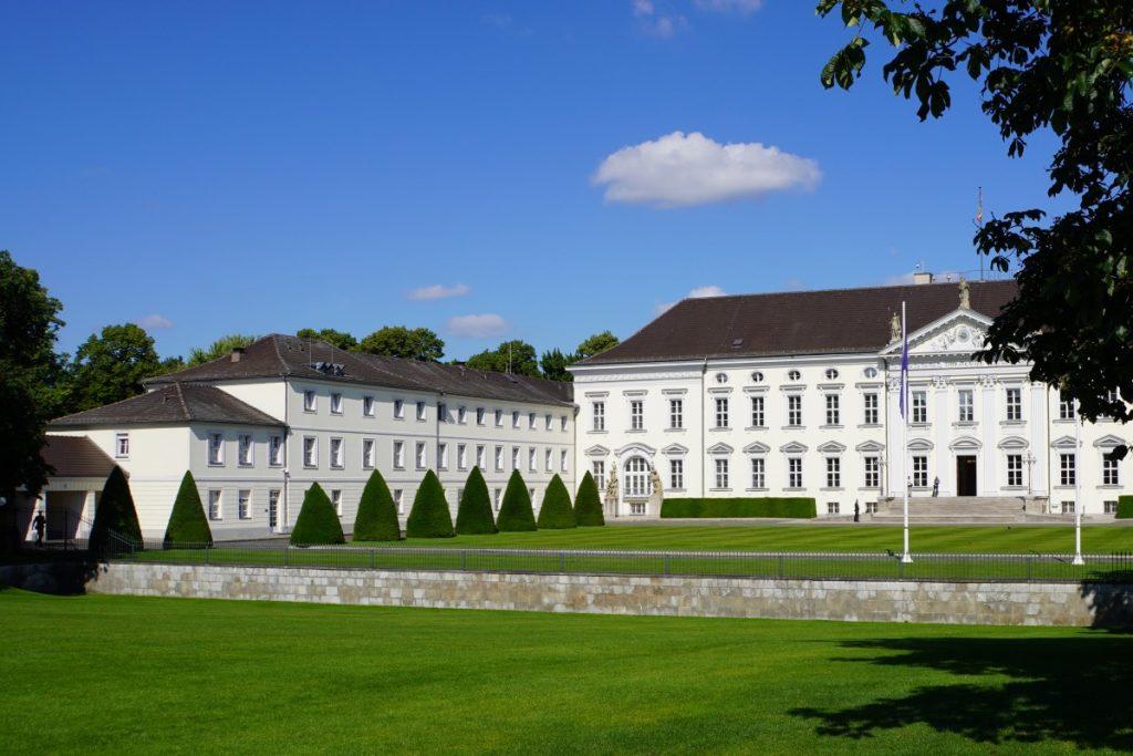 Schloss Bellevue am Rande des Großen Tiergarten in Berlin