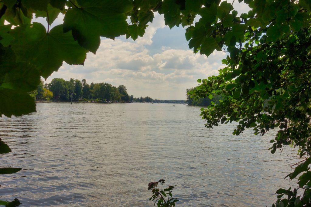 Blick auf das Wasser bei der Wanderung auf dem Schmöckwitzer Werder