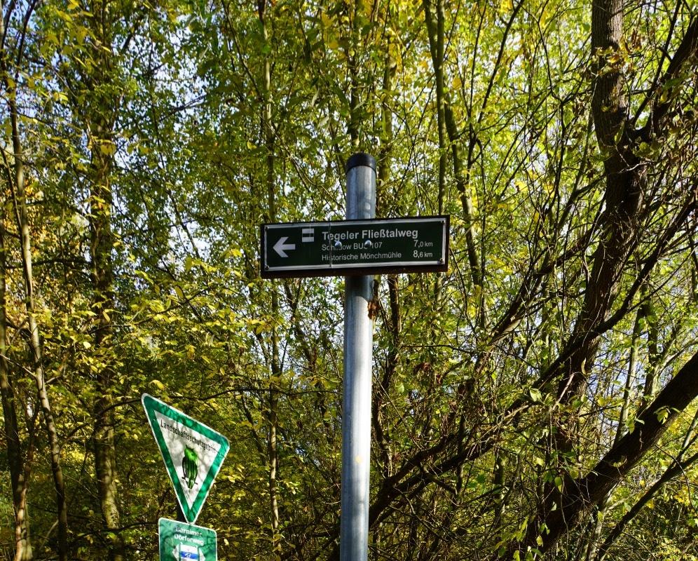 Hinweisschild für einen Wanderweg durch das Tegler Fließtal