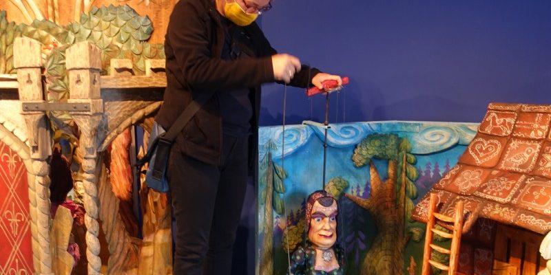 Susanne beim Marionettenspiel